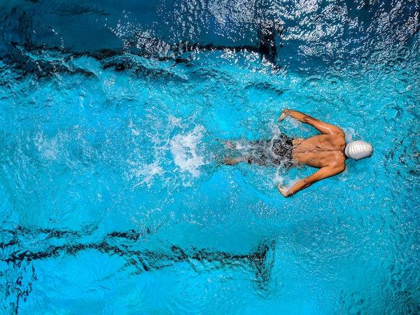 piscine nageur natation sport aux multiples bienfaits